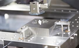 液状シリコーン成形とは、主材と硬化剤の2つの液状素材を混合したものを射出成形して製品を得るものです